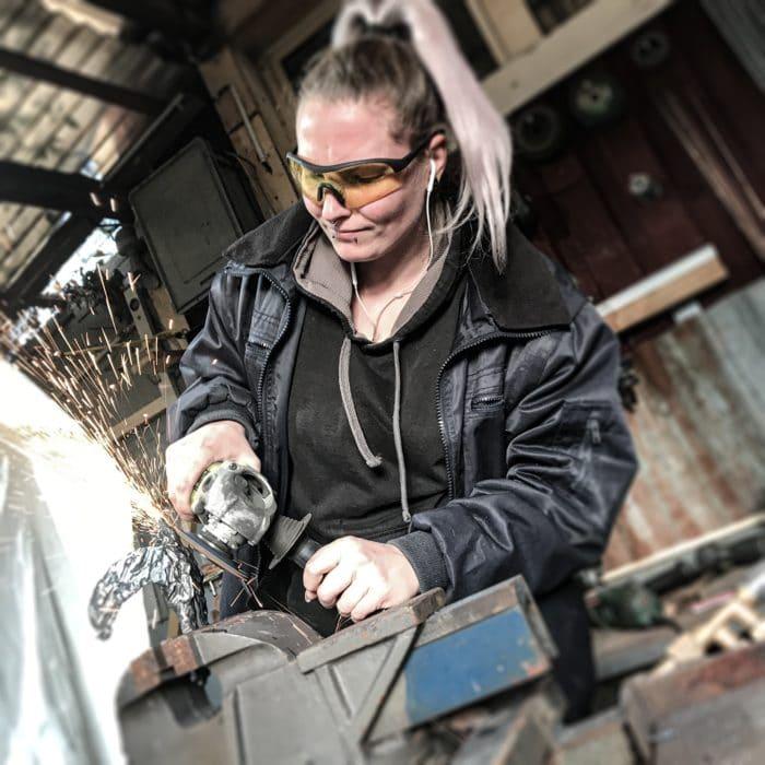 Jane Steel, Eisenplastikerin